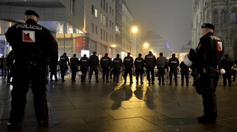 Polizisten von Hinten bei der Akademikerballdemo