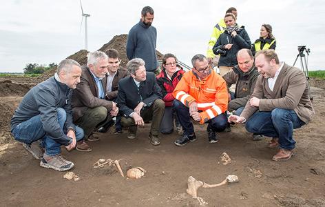 Forscher, Bürgermeister und ASFINAG-Mitarbeiter an der Fundstätte