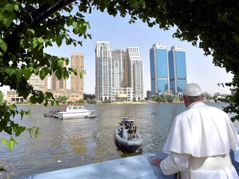 Papst Franziskus blickt von einer Terrasse aus über den Nil