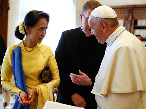 Myanmars Regierungschefin Aung San Suu Kyi bei Papst Franziskus