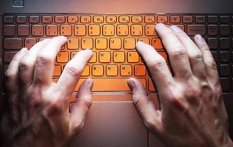 Hände über Tastatur