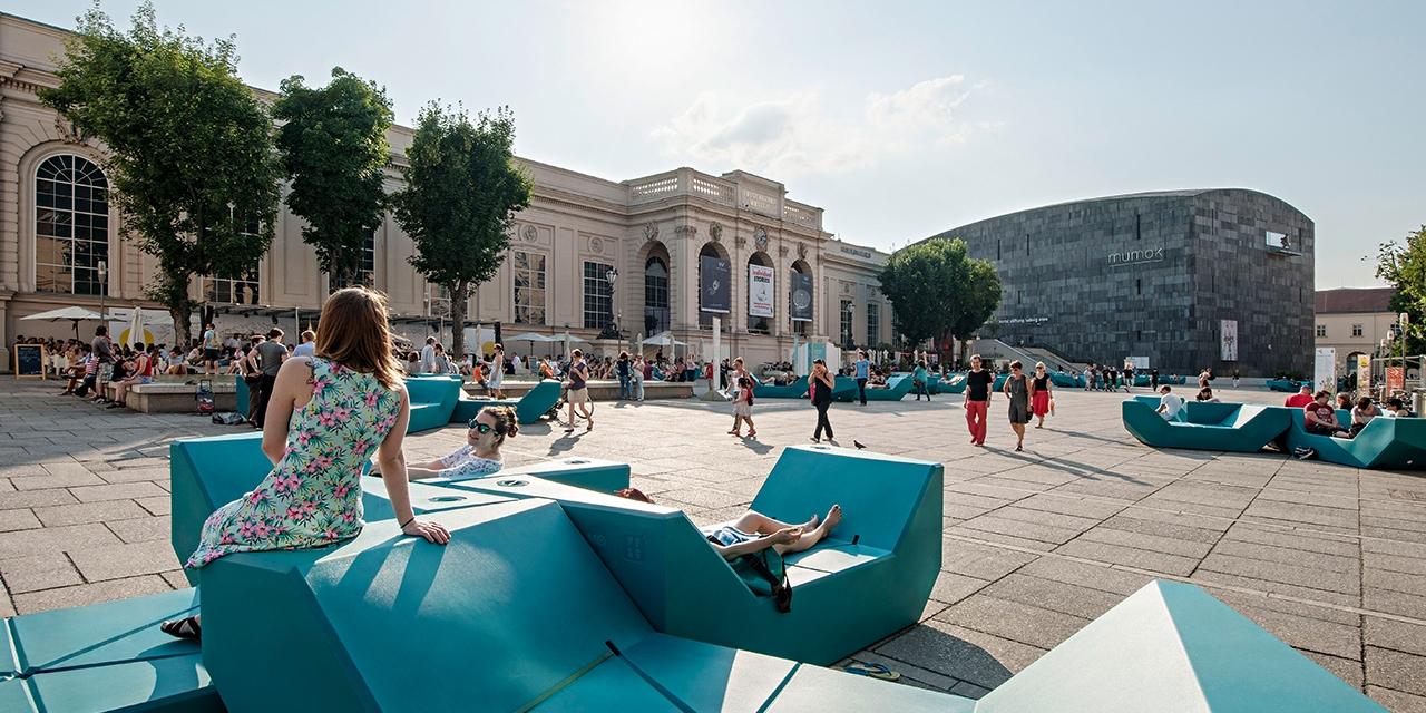 Menschen in der Sonne im Museumsquartier