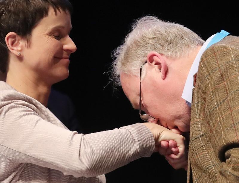 Frauke Petry wird von Alexander Gauland die Hand geküsst