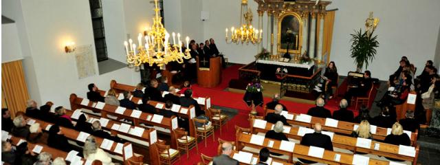 Gemeinde während eines Gottesdienstes von oben in Totalaufnahme