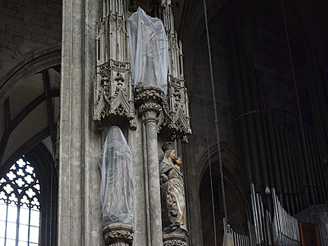 Verhüllte Heiligenfiguren im Stephansdom