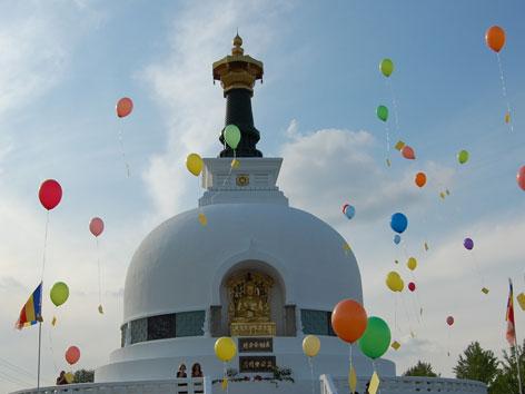 Steigende Luftballone bei der Friedenspagode Wien