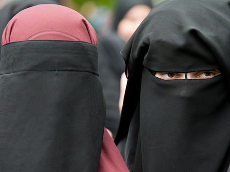Zwei tief verschleierte Frauen