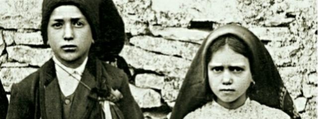 Schwarz-Weiß-Foto zweier portugiesischer Hirtenkinder aus dem beginnenden 20. Jahrhundert