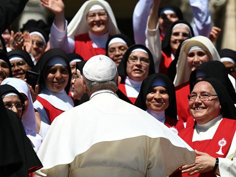 Papst Franziskus auf dem Peterplatz mit einigen Nonnen