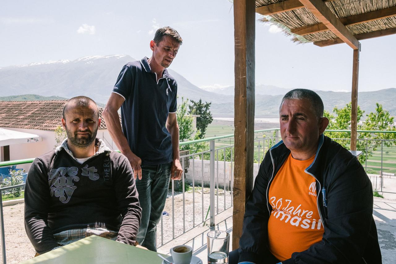 Drei Männer auf einer Terrasse