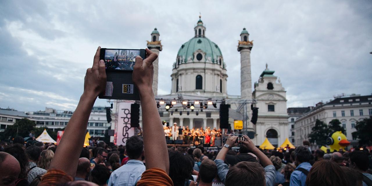 Publikum vor der Seebühne am Karlsplatz au dem Jahr 2016