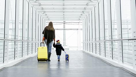 Mutter und Kind am Flughafen