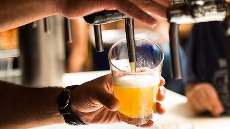 Bier wird in ein Glas gezapft.