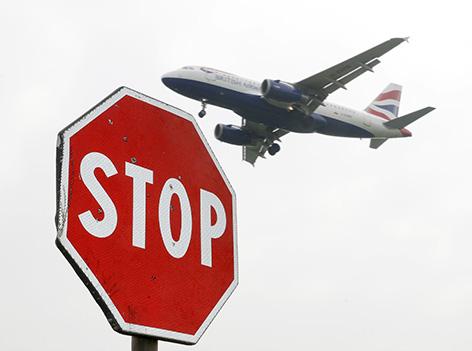 Flugzeug der British Airways mit STOP Schild