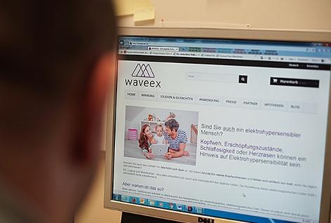 Ein Konsument betrachtet die Webseite der Firma Waveex