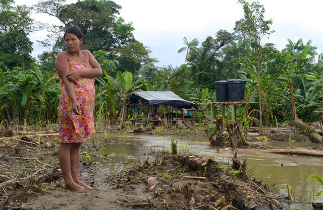 Angehörige der Ethnie Embera, die mitten im verseuchten Wasser leben