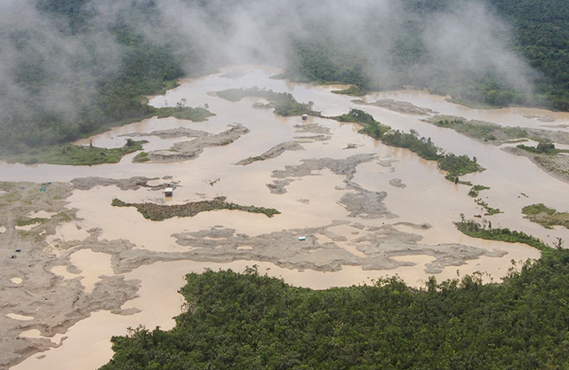 Die zerstörte Pazifik-Region und illegale Minen aus dem Flugzeug