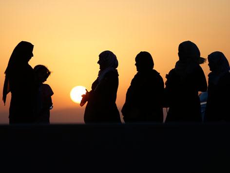 Frauen bei einem Sonnenuntergang