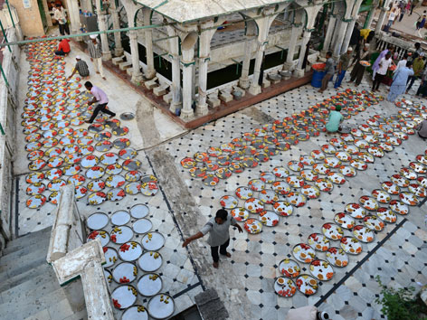 Iftar-Vorbereitungen im Innenhof einer Moschee in Ahmedabad (Indien)
