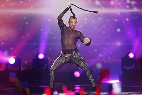Slavko Kalezic, Montenegros Vertreter beim Song Contest, schwingt seinen Zopf.