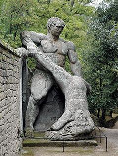 """Skulptur im """"Heiligen Wald"""" von Bomarzo: """"Kampf der Giganten"""""""