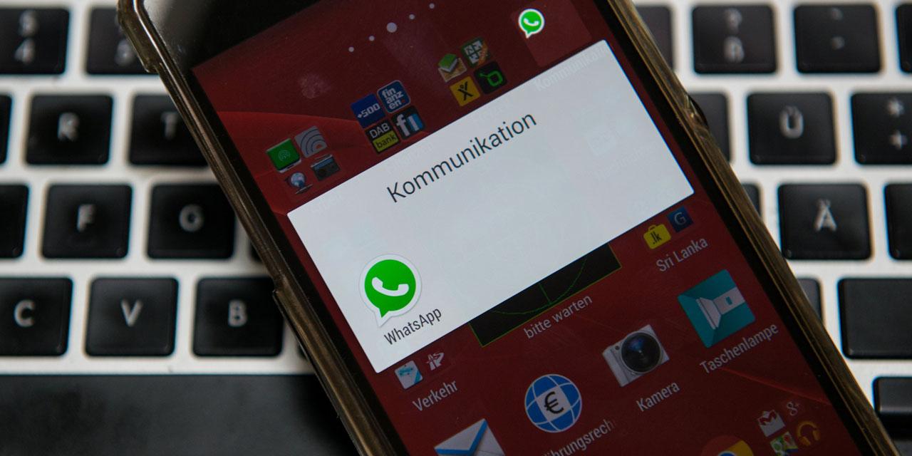 Smartphone mit Whatsapp-Bildschirm