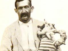 Patient mit Puppe, gestaltet aus Bettzeug