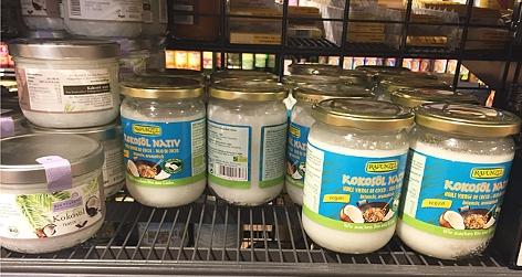 Kokosprodukte im Supermarktregal