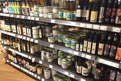 Supermarktregal mit diversen Kokosprodukten