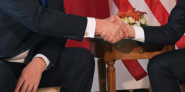 Trump und Macron schütteln Hände