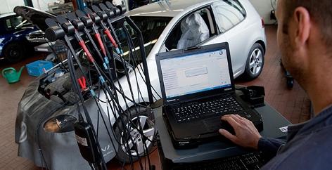 Ein VW mit Dieselmotor beim Softwareupdate