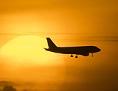 Ein Passagierflugzeug bei untergehender Sonne im Landeanflug