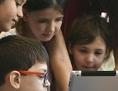Volksschüler starren auf ein Tablet