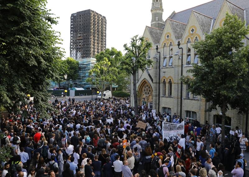 Protest-/Gedenkmarsch vor ausgebranntem Hochhaus