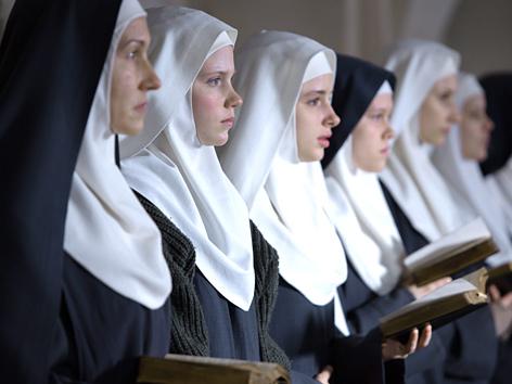 """Filmstill aus """"Agnus Dei"""": Ordensfrauen beim Singen in der Kirche"""