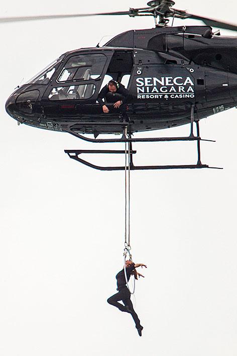 Artistin an Hubschrauber