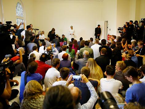 Medienleute bei der Eröffnung von Seyran Ates' Mosche in Berlin