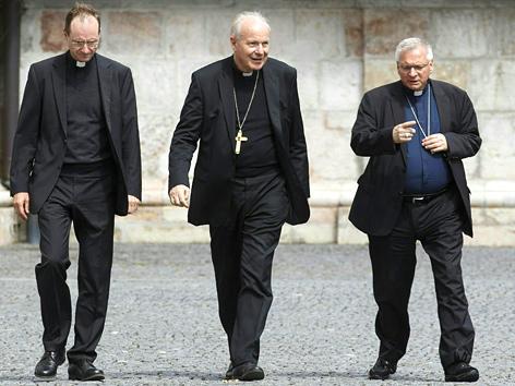 (V. li.) Weihbischof Stephan Turnovszky, Erzbischof Kardinal Christoph Schönborn und Militärbischof Werner Freistetter, Sommervollversammlung der Bischofskonferenz in Mariazell