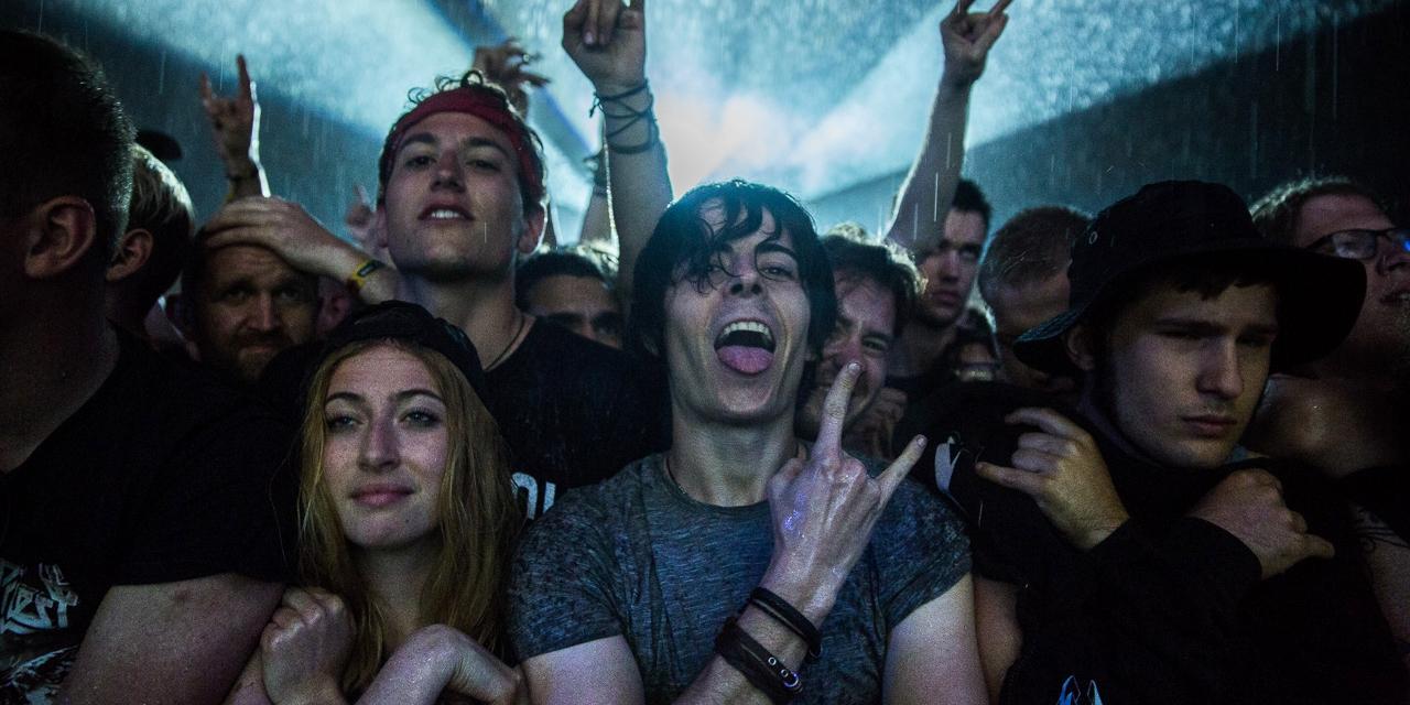 Publikum mit Metal-Gruß