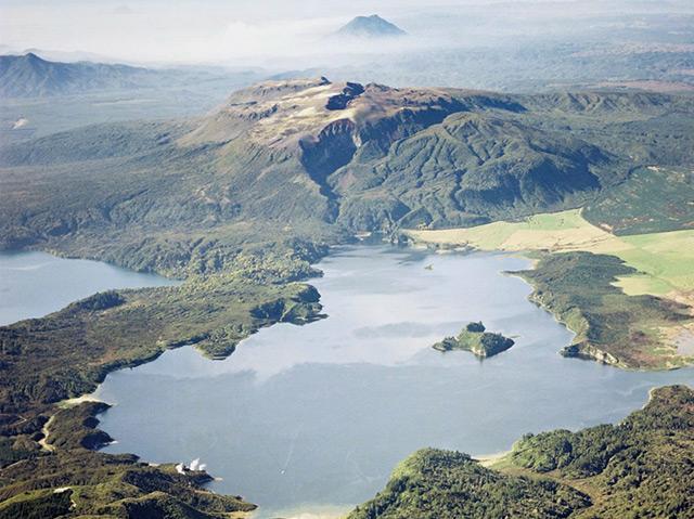 Lake Rotomahana und dahinter der Mount Tarawera im Jahr 2011