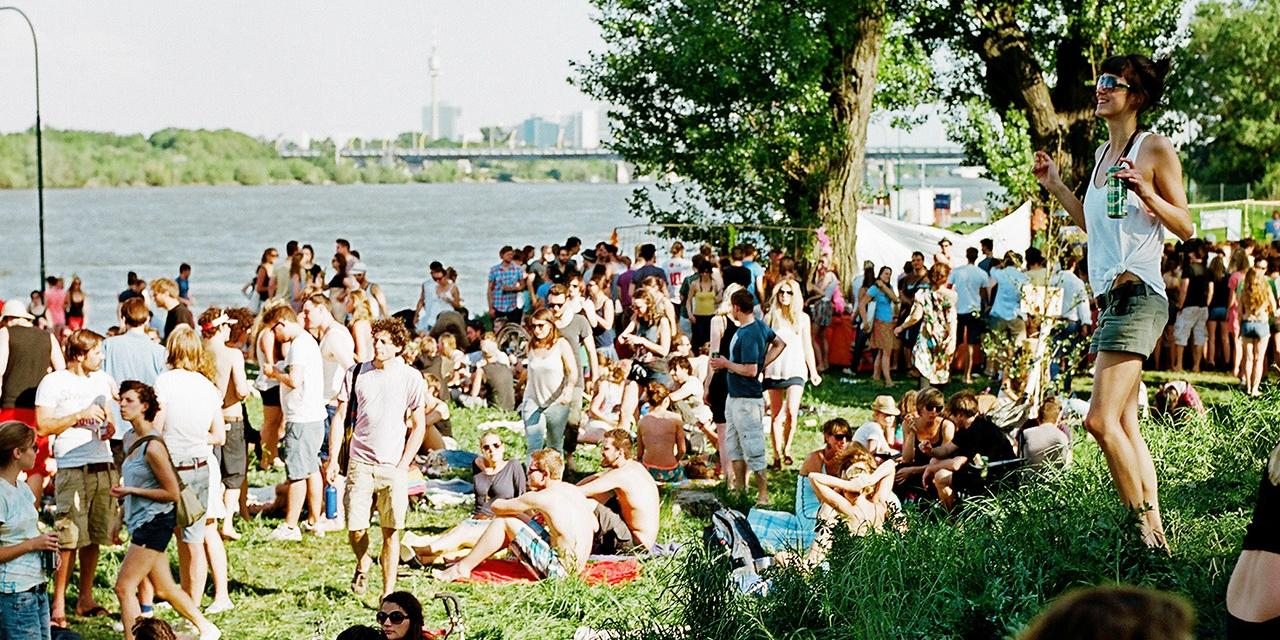 Tanzende Menschen auf der Donauinsel