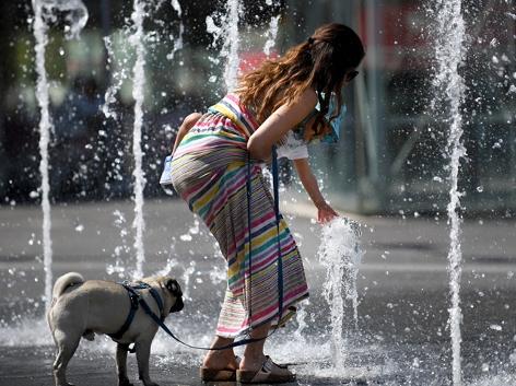 Abkühlung durch Wasserfontänen in einer Fußgängerzone in Wien