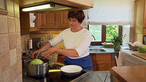 Dorothea Jagschitz beim Kochen