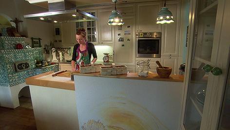 Michaela Preisegger macht Mürbteigtartelettes mit Joghurt-Erdbeermoussefüllung