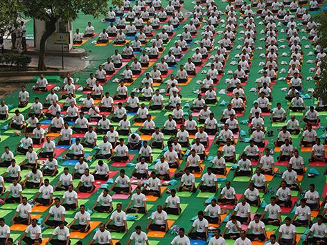 Straßen in Neu Delhi mit Yoga-Praktizierenden am Welt-Yoga-Tag