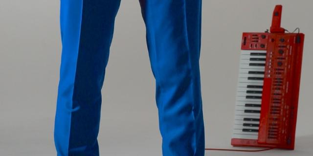 Die Band Zoot Woman, man sieht nur ihre Füße und ein tragbares, rotes Keyboard