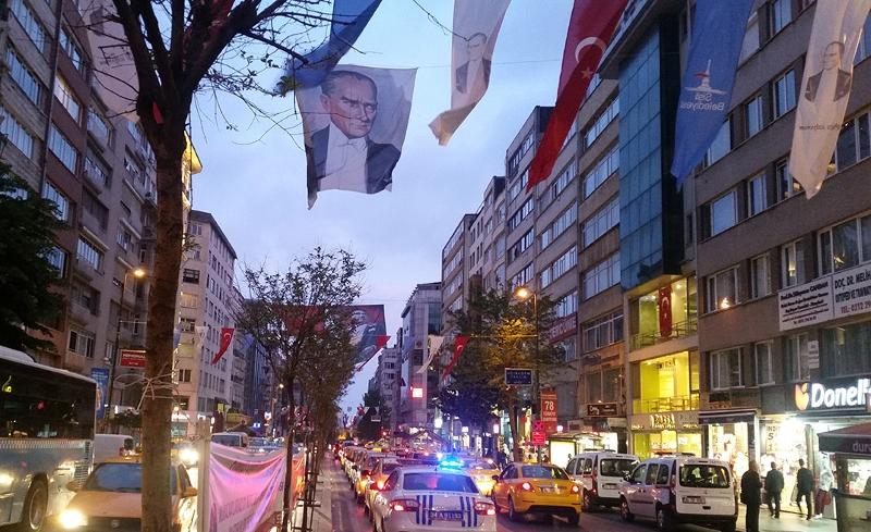 Im Viertel Besiktas: Banner über der Straße mit dem Bild von Atatürk
