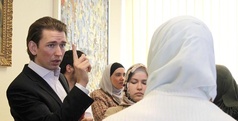 Kurz mit erhobenem Zeigefinger gegenüber muslimischen Frauen