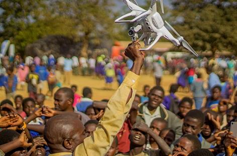 Unicef-Mitarbeiter in Malawi mit einer Drohne in der Hand