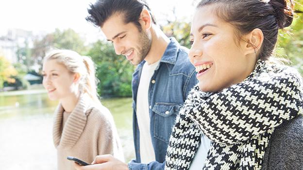 Menschen mit Handy